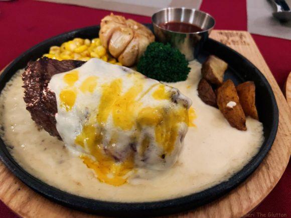 チーズソースかけステーキ