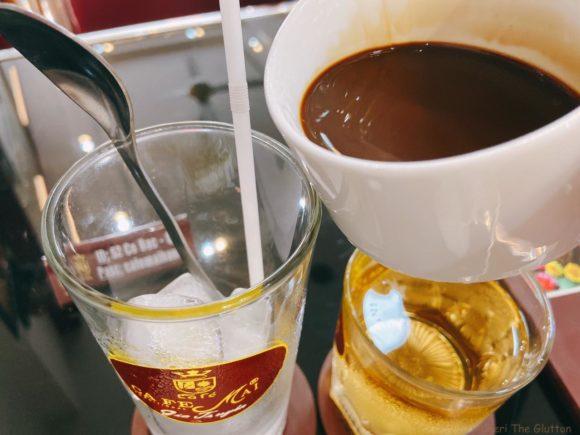 Cafe Mai 氷の入っている器に移す
