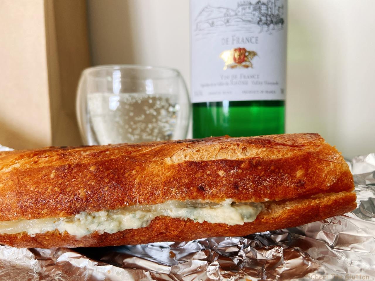 美味しいサンドイッチはワインと