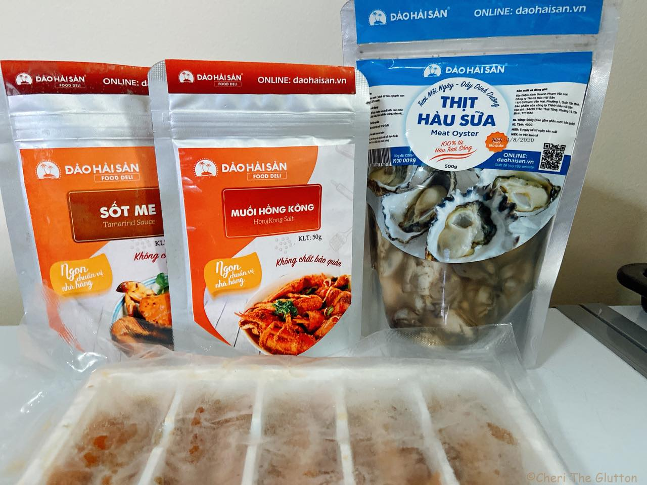 冷凍のウニと調味料、生牡蠣